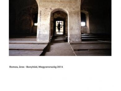 Alpern Bernadett Anna: Romos, üres - Bonyhád (részlet a Used Stones című sorozatból), 2014