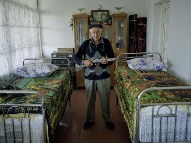 Bácsi Róbert László: Kolatak falu. Sok helyen a mai napig kéznél vannak a fegyverek. (részlet Az örmény Karabah című sorozatból)
