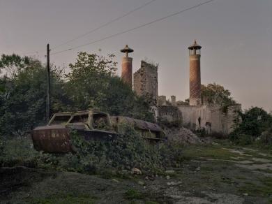 Bácsi Róbert László: Susi városa. A minaret romjai jelzik, hogy a háború előtt sok muszlim élt a városban. (részlet Az örmény Karabah című sorozatból)