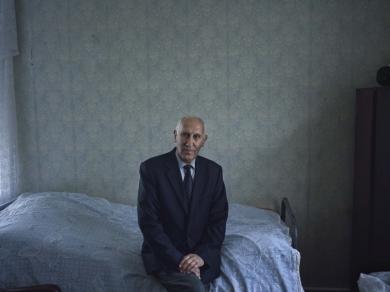 Bácsi Róbert László: Susi város, Khacsaturján tanár úr immár nyugdíjasként. Édesapja volt az elpusztított örmény iskola igazgatója, fia pedig a helyi kórház igazgató főorvosa. (részlet Az örmény Karabah című sorozatból)