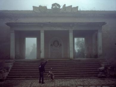Bácsi Róbert László: Susi. Georgij kutyájával a város leginkább lepusztult részén lakik. (részlet Az örmény Karabah című sorozatból)