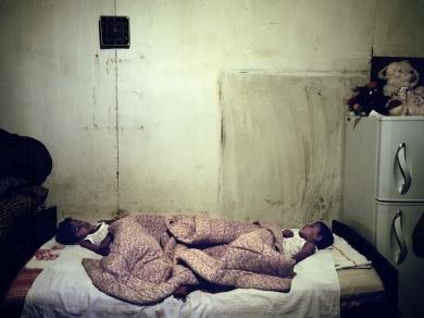 Bácsi Róbert László: Alvó ikerpár Vankban. A szegénység ellenére fontos a gyerekvállalás, az állam a népesség gyarapodása miatt támogatja a gyerekeket vállaló fiatalokat. (részlet Az örmény Karabah című sorozatból)