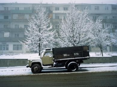 Bácsi Róbert László: GAZ teherkocsi várakozik Susi főutcáján. (részlet Az örmény Karabah című sorozatból)