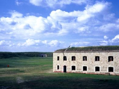 Bérczi Zsófia: Morfománok városa - Meghajlás, Monostori erőd, Komárom, 2004