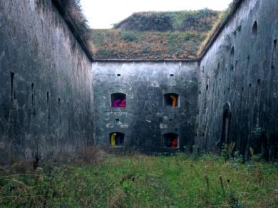 Bérczi Zsófia: Morfománok városa - Szomszédok, Monostori erőd, Komárom, 2004
