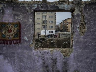 Hajdú D. András: 02., (részlet A fal, amit mi kerítésnek hívunk című sorozatból), 2013.