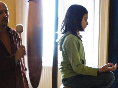 Mucsy Szilvia: Gyógyítás hangenergiával (részlet a Különleges energiák című sorozatból), 2008.