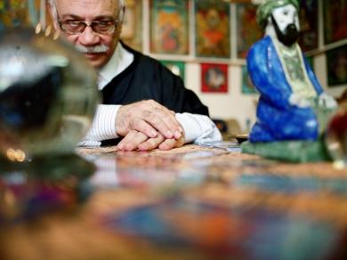 Mucsy Szilvia: Dr. Kazanlár Emil Ámin tarot szakértő és festőművész (részlet a Különleges energiák című sorozatból), Budapest, 2008.