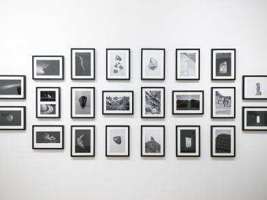 Nyíri Julianna Kövek című sorozata a Pécsi József fotóművészeti ösztöndíj 2018 kiállításon a Capa Központban